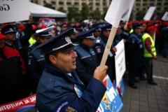 Politistii participa la un protest, in Bucuresti, vineri, 26 septembrie 2008. Peste 2.000 de sindicalisi afiliati la Pro Lex au participat la mitingul organizat in Piata Constitutiei din Capitala, principalele solicitari fiind majorarea salariilor cu minimum 30 la suta, modificarea Statutului politistului si acoperirea deficitului de personal. BOGDAN STAMATIN / MEDIAFAX FOTO