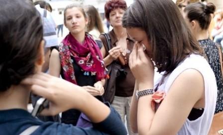 Absolventi de liceu dupa afisarea rezultatelor la examenul de bacalaureat sesiunea iuni-iulie 2010, la Colegiul National Gheorghe Lazar din Bucurestii